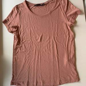 Budgivning i kommentarerna, från 50kr, frakt ingår ej. Jag säljer en rosa t-shirt i st XS från lager 157. Fint skick, super skön.
