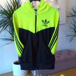 Ovanlig tröja med luva från Adidas, står storlek S men passar även M 👌 finns i Västerås 🌸🌸🌸