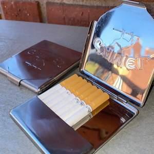 """Intressekoll på mina cigarett """"lådor"""" från Camel. Skitcoola, vintage. 70kr styck. Säljer för vi röker inte här hemma. Frakten ingår. EN SÅLD, EN KVAR!!!"""