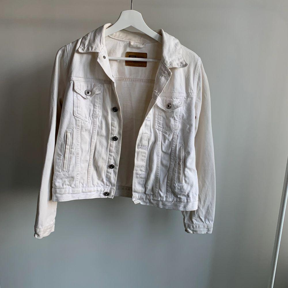 Vit jeans jacka, är inte super vit längre men ska försöka bleka så den blir vitare, strl L men är lite mindre i storleken. Skriv om du är intresserad eller undrar något💕. Jackor.