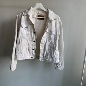 Vit jeans jacka, är inte super vit längre men ska försöka bleka så den blir vitare, strl L men är lite mindre i storleken. Skriv om du är intresserad eller undrar något💕