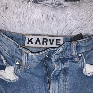 Snygga utsvängda jeans från karve, knappt använda och köpta för 799kr!!