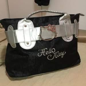 Supergullig väska med temat hello kitty. Den rymmer mycket och har fack på insidan. En sten på framsidan saknas dock.