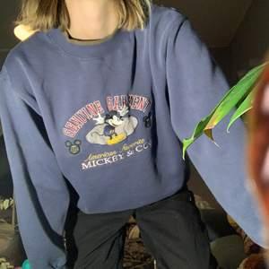 Mörkblå Mickey & Co vintage sweatshirt från 90-talet. Storlek enligt lappen är L, men den sitter mer som en S/M