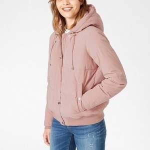 Rosa puffjacka säljes i polyester/bomull! Ej dun! Använd ett par gånger men fortfarande i fint skick, och hittar inget att anmärka på! Den är supergosig och varm! (Nypris: 699 kr)  Finns att hämta i Hornstull, eller skickas mot frakt!