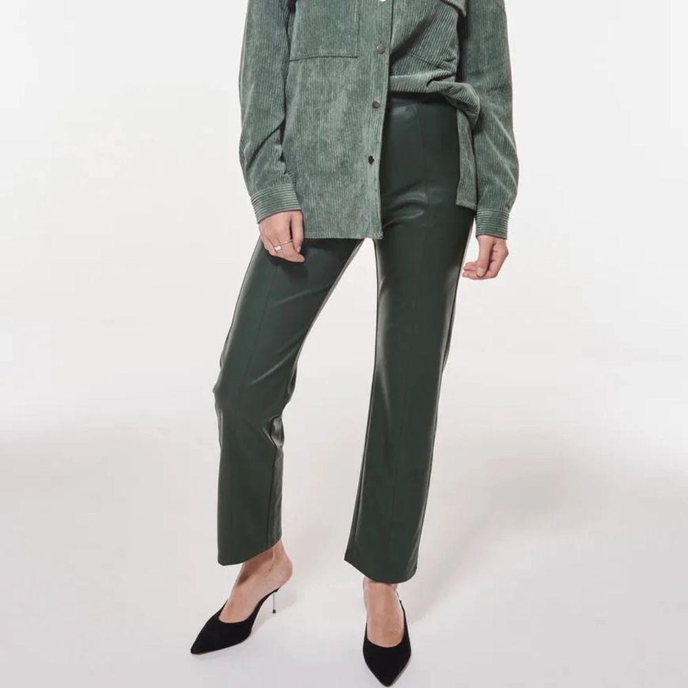ASBALLA mörkgröna skinnbyxor med dragkedja i sidan😽 frakt tillkommer. Jeans & Byxor.