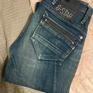 """Ett par G-star jeans som är väldigt långa med ett hål på knät, de är tajta hela vägen ner och skulle säga att de är xs/s. Sedan ett par gråa """"Molly"""" jeans från Gina tricket i storlek s. De sista jeansen är också ett par tajta men svarta i storlek 170/s."""