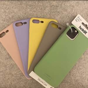 iPhone skal, passar iPhone 8 Plus och den gröna är för iPhone 11 PRO Max. 80kr/st. Bild två passar iPhone 8 Plus,  80kr/st för ideal of Sweden, de andra två kan ni få på köpet. FRAKTAR EJ DESSA, MÖTS UPP VID STADSHAGEN T-BANA
