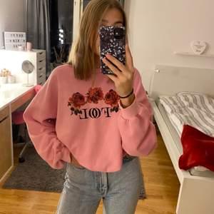 Rosa sweatshirt från junkyard strl M. Broderad detalj på bröstet och ärmen.