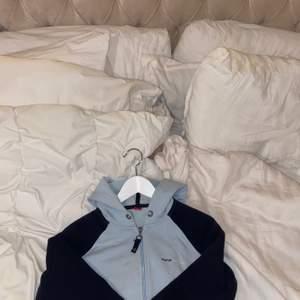 Vintage Esprit zip up tröja , super fin och skön!               Inga skador, bra skick.                                                       Storlek L men passar mer M/S.                                          Skriv vid frågor💙.                                                                 180kr + frakt