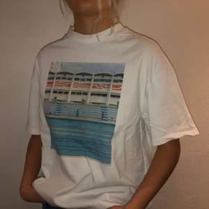 Vit t-shirt från weekday i storlek M med tryck. Cond: 6/7 men fläckfri