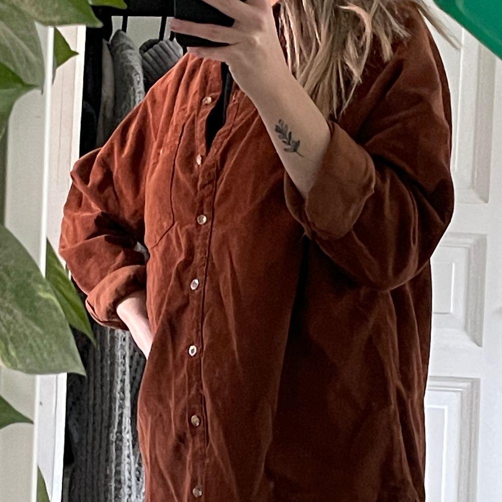 Jättefin manchesterskjorta i storlek M, köpt på Urban Outfitters. Använd kanske 3-4 gånger. Den är lite ljusare än vad som syns på bilderna, vill man ha extra bilder är det bara att skriva till mig! Köparen står för frakten som tillkommer 💖. Skjortor.