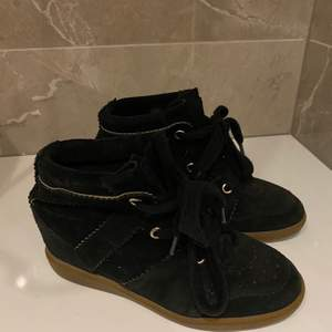 Isabel Marant bobby sneakers i svart, relativt fint skick då hunden bitit hål men syns ej när man har på sig skorna. Pris kan diskuteras.