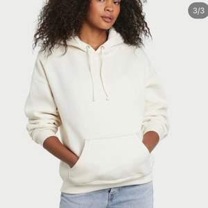Säljer denna as sköna vita hoodien i storlek S. Säljer eftersom den ej kommer till användning längre.  Pris: 150kr  Obs: snörena har åkt ur ur luvan 🤍