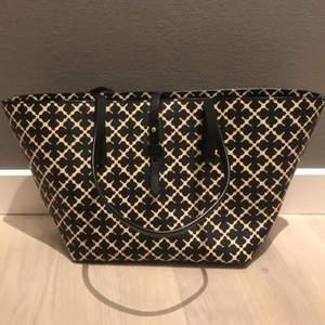 Hej! Undrar om någon skulle vara intresserad av min By Malene Birger väska, har haft den i ungefär ett halv år ock aldrig använd, i jätte bra skick. Den är ungefär 30  cm på längden och 20 på bredden Den kostade i nytt pris 2300 så tänker att jag lägger ut den för 1300 om någon är intresserad hör av er, priset går att diskutera💕💕