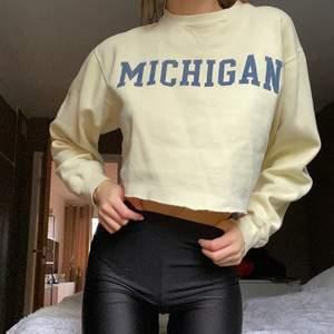 Snygg gul croppad Michigan sweatshirt (Storlek M) 💛✨ Frakt tillkommer 🤍
