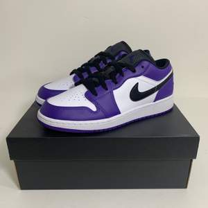 Hej! Säljer några par låga Jordan 1 'Court Purple' Helt äkta, kvitto finns. Kan mötas upp i Stockholm eller frakta spårbart och dubbelboxat för 95kr. Skicka ett pm vid eventuella frågor eller för att beställa! Pris 1495:- styck! Tillgängliga storlekar: 40