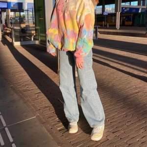 ljus blåa yoko jeans från monki som tyvärr blivit försmå för mig! jeansen var lite för långa för mig som är 165, passar bäst någon som är lite längre. köparen står för frakt :) (första bilden är ej min!)