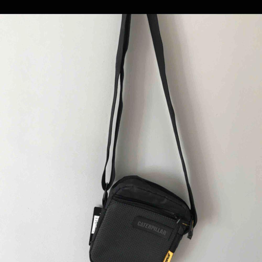 Skitsnygg väska från Caterpillar, helt oanvänd!. Väskor.