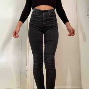 👅svarta skinny jeans från monki, väldigt sköna men är lite för stora för mig!👅