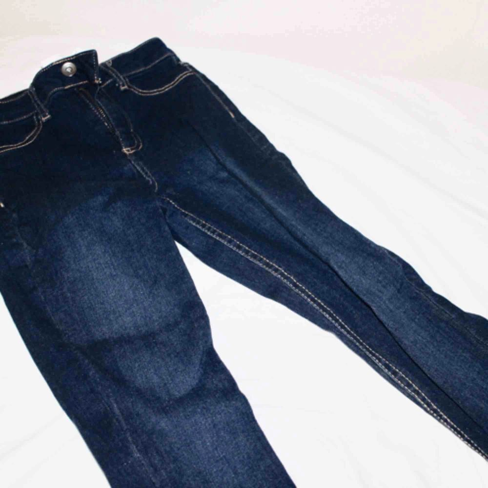 Helt nya CALZEDONIA jeans som liknar GinaTricots Molly jeans! Nypris: 399kr!  Säljer billigt då de är lite små för mig, kan passa upp till en mindre S (26/30). De är midjehöga. Jeans & Byxor.