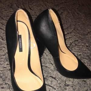 Svarta högklackade skor från Forever 21 Storlek 39.