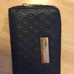 Plånbok från Holly & whyte. Använd ett fåtal ggr men är som ny! Köparen står för frakten!