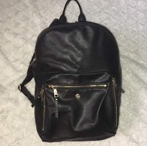 Ryggsäcken är en skinn ryggsäck med guld ditaljer,  köpte den för ca 1år sen men är knappt använd och är i ny skick . Den är en mellanstor ryggsäck.(högd ca 45cm och längd ca 35cm) original pris ca 800kr (frakt inte i pris) köpt på väskan☺️