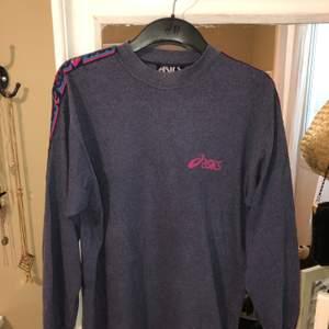Jätteskön och snygg tröja. Passformen är rak och lång, passar perfekt till jeans. Köpt på humana second hand. Frakt ingår i priset :)