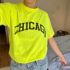 """Neongul oversized t-shirt med """"Chicago"""" text. Köpt ifrån prettylittlethings. Funkar jättebra att ha både instoppad eller som den är. Är i storlek S men skulle säga att den passar både större och mindre beroende på hur man vill att den ska sitta. Säljes för 35kr + frakt 🚚"""