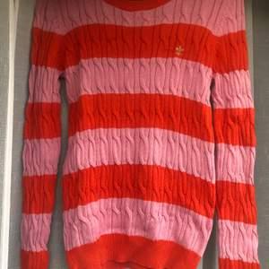 En flätstickad tröja ifrån märket Morris, super söta färger som passar till hösten! Använd ett fåtal gånger, jätte skönt material! 💖❤️💖❤️💖❤️