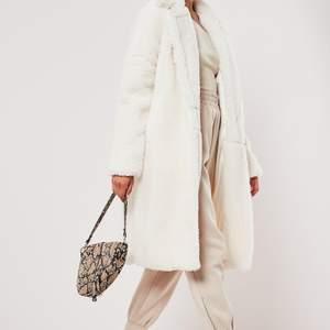 Helt ny kappa med lappen kvar. Köpt för ca 700 SEK. Säljer den då den inte kommit till användning. Riktigt snygg och mysig till hösten och vintern :)