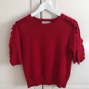 Röd tröja från Zara Knit med trekvartslånga ärmar och volanger. Passar XS/S. Mycket bra skick!💋