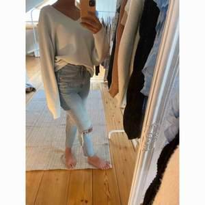 Finstickad vit tröja!  Väldigt clean och fin 🤍  -köparen står för frakt-