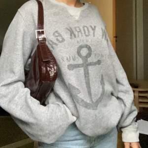 super vintage och trendig over-sized collage tröja! köparen står för frakt✨✨
