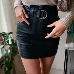 Supersnygg kjol från NAKD. Lapp sitter kvar, helt oanvänd! Säljes pga lite för kort för mig.