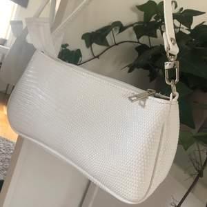 Helt ny vit väska med krokodilmönster. Perfekt att ha under armen! Köparen står för frakten. Om ni har några frågor är det bara att höra av sig! ❣️ pga att flera är intresserade blir det budgivning i kommentarerna 💕