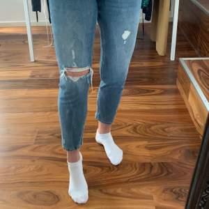 Blåa Zara jeans som sitter jätte bra på. Lite för korta för mig dock. 100 + frakt