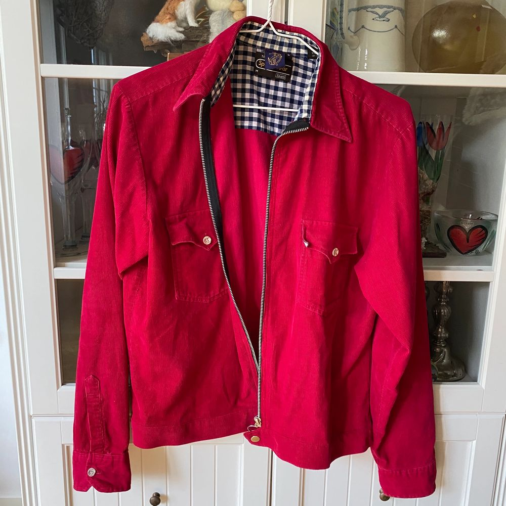 Unik röd jacka inköpt på Beyond Retro i Stockholm. Riktigt cool i storlek M. Sitter snyggt oversized. 😇😇. Jackor.