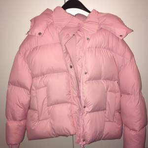 En fet jacka i rosa bubblegum! Supervarm i de sämsta väder Sverige har att erbjuda.    Kolla gärna in mina andra sells!!  Använd en gång, nypris 1200:-
