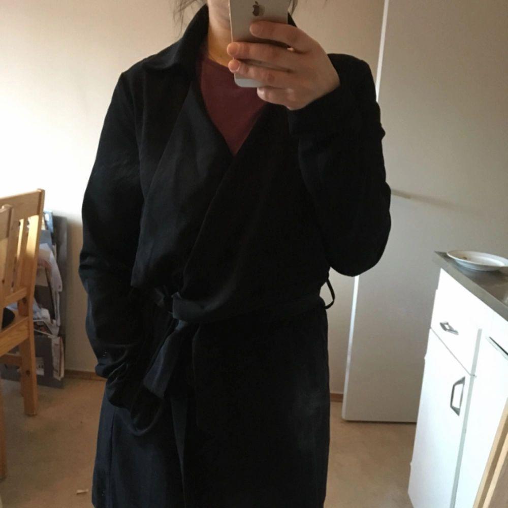 Svart vårkappa från Vero Moda. I fint skick. Kan mötas upp i Stockholm, annars tillkommer frakt. . Jackor.