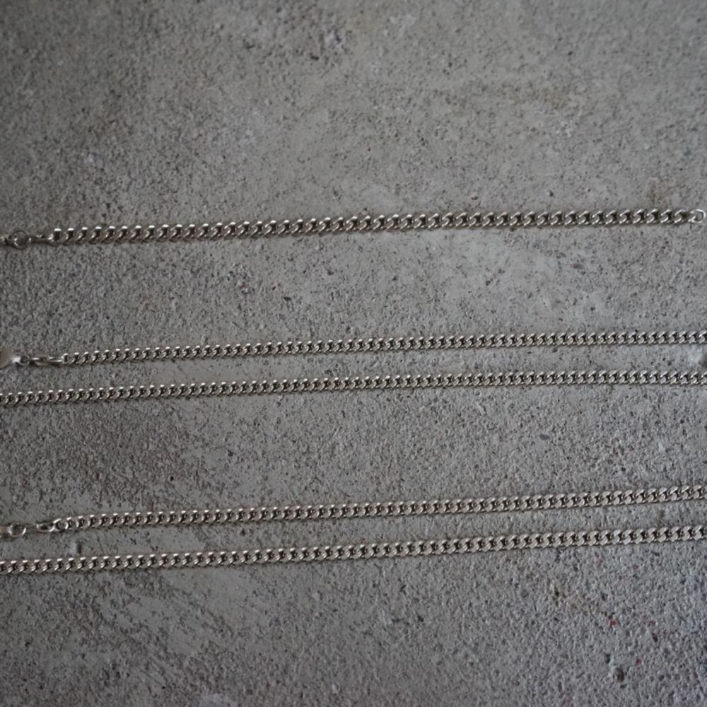Säljer mina 3 silverkedjor, har fått de i present vid olika tillfällen, men jag bär inte smycken generellt. Har haft på mig dem några gånger men annars har de vilat i smyckeslådan. Alla tre är i blänkande fint skick! De är från Guldfynd och således givetvis silverstämplade (925). Fler bilder kan skickas!  1. Armband  21,5 cm (flera år gammal modell, säljs ej i halvcentimeter längre), 5,5 mm, ca 15 g. Finns ett antal liknande på Guldfynds hemsida, men oklart exakt vilken pga dålig produktinformation från dem, man får i så fall fråga sig fram via butik för jämförelse. Pris 190 kr.  2. Halsband 50,4 cm, 4 mm, ca 23 g. Har en något mer blankare/lystrigare finish.   3. Halsband 50 cm, 4 mm, ca 23 g. Har en aning tjockare länkar än nr 2, men lika bred ändå, lite kortare och därav samma vikt. Något mer matt/metallisk finish.  Halsband i identiska mått på Guldfynd: 50cm, 4mm, 22,4g = 900 kr.  Pris: 450kr/st, 400 kr st för båda. Accessoarer.