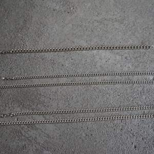 Säljer mina 3 silverkedjor, har fått de i present vid olika tillfällen, men jag bär inte smycken generellt. Har haft på mig dem några gånger men annars har de vilat i smyckeslådan. Alla tre är i blänkande fint skick! De är från Guldfynd och således givetvis silverstämplade (925). Fler bilder kan skickas!  1. Armband  21,5 cm (flera år gammal modell, säljs ej i halvcentimeter längre), 5,5 mm, ca 15 g. Finns ett antal liknande på Guldfynds hemsida, men oklart exakt vilken pga dålig produktinformation från dem, man får i så fall fråga sig fram via butik för jämförelse. Pris 190 kr.  2. Halsband 50,4 cm, 4 mm, ca 23 g. Har en något mer blankare/lystrigare finish.   3. Halsband 50 cm, 4 mm, ca 23 g. Har en aning tjockare länkar än nr 2, men lika bred ändå, lite kortare och därav samma vikt. Något mer matt/metallisk finish.  Halsband i identiska mått på Guldfynd: 50cm, 4mm, 22,4g = 900 kr.  Pris: 450kr/st, 400 kr st för båda