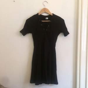 En fin ribbstickad svart klänning från H&M i stl XS. Aldrig använd och i fint skick.