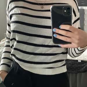 Fin randig tröja från bershka! Knappt använd 🖤🤍