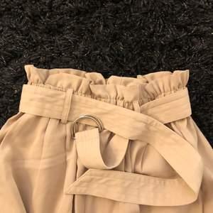 Säljer dessa fina kostymbyxor, beställde dom från bikbok men dom var för långa på mig, så som kom aldrig till användning