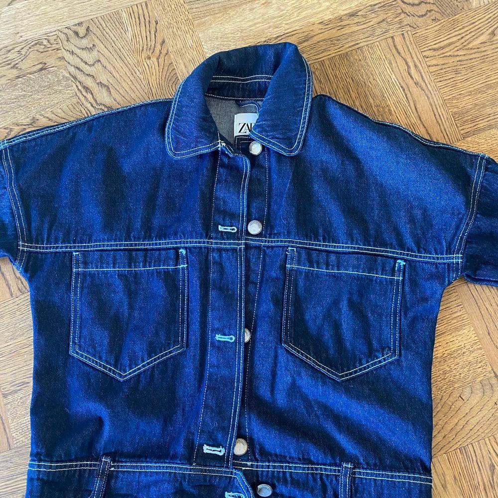 Jeansjacka från zara som är perfekt nu till hösten, snygg att styla till olika outfits då den har snygga vita detaljer. Använd fåtal gånger. Jackor.