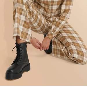 Chunky boots från nakd, stl 39. Helt slutsålda på sidan och dom är använda ca 3 gånger bara. Köparen står från frakten själv