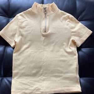 Citrongul tröja med nacke och dragkedja🌼                   Storlek 152 men är stretchig💛                                        30 kr frakt 🚚