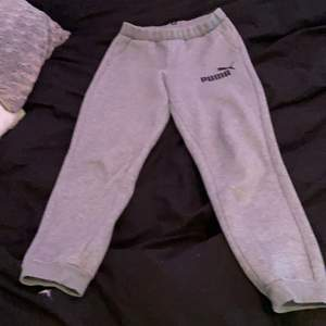 Säljer mina gråa puma byxor då jag inte använder dem! Dem sitter superbra och är så sköna! (Sitter perfekt på mig som är cirka 1,60) de har en liten liten grön färgfläck på sig men de märks it av😊😊